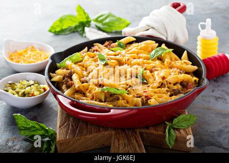 Faire cuire les pâtes au fromage avec du boeuf haché et les herbes Banque D'Images