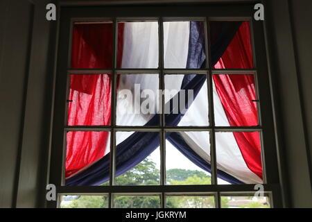 Drapeau américain Afficher, fenêtre, 4 juillet, Colton Hall, Monterey CA. Banque D'Images