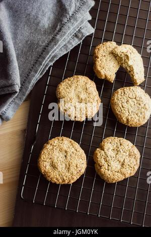 Sans gluten biscuits faits maison et une serviette sur la grille de refroidissement. La verticale. Focus sélectif. Banque D'Images