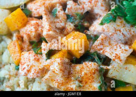 Ragoût de saumon avec les légumes et boulgour Banque D'Images