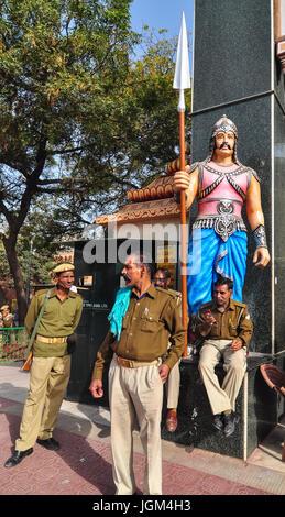 PUSHKAR, INDE - Mar 8, 2012. Des gardiens du temple hindou à Pushkar, Inde. Pushkar est une ville dans le district Banque D'Images