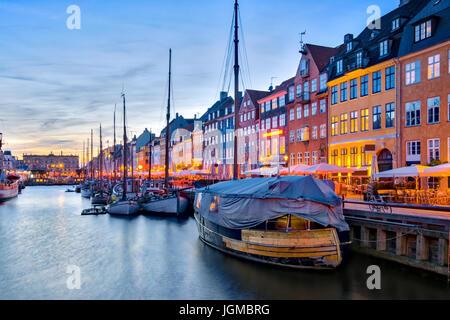 Avec son pittoresque port de Nyhavn avec de vieux navires à voile et les façades colorées des maisons anciennes Banque D'Images
