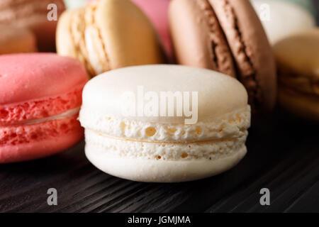 Macarons fraîchement préparés, macro sur la table horizontale. Banque D'Images