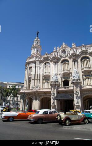 Vintage voitures devant le Grand Théâtre, Centro Habana, La Havane, Cuba Banque D'Images