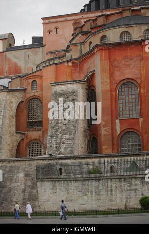 Les spectateurs et les touristes de passage à proximité de la célèbre Basilique Sainte-Sophie, Istanbul, Turquie; Banque D'Images