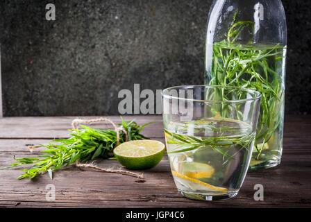 Rafraîchissement d'été les boissons de régime. Detox infusée dans différentes eaux bouteilles verres nd avec le Banque D'Images