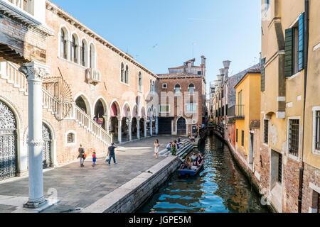 Venise, Vénétie, Italie. 21 mai 2017: canal étroit à côté du marché aux poissons près de la rue appelée 'de la Pescaria jusqu'