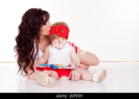 Mère et fille peint avec des crayons de couleur Banque D'Images