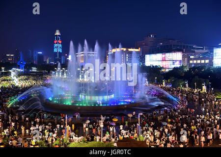 Jinan, Chine, la province de Shandong. 09 juillet 2017. Personnes voir la fontaine musicale à Station Square à Jinan, Banque D'Images