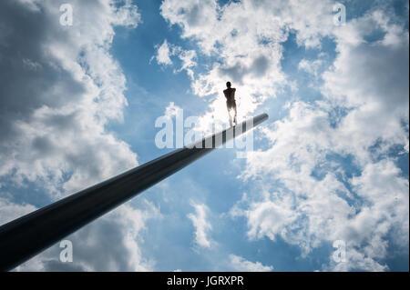 La documenta 14 à Kassel: Himmelsstuermer, homme qui marche vers le ciel, la sculpture de l'artiste Jonathan Borofsky, Banque D'Images