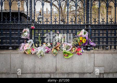 Fleurs et tributs floraux laissés à l'extérieur de la porte du chariot des Chambres du Parlement à la mémoire des 22 victimes d'attaque terroriste de Londres Mars