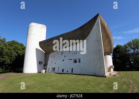 Chapelle Notre Dame du haut à Ronchamp, France, conçu par l'architecte Le Corbusier. La chapelle est sur la Liste Banque D'Images