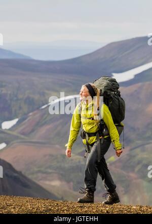 Jeune femme randonnées en Islande Banque D'Images