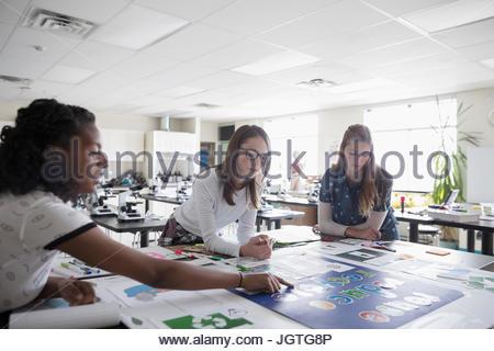 Les élèves de collège fille travaillant sur un projet scientifique en classe Banque D'Images