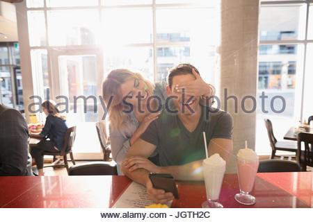 Copain copine ludique couvrant Banque D'Images