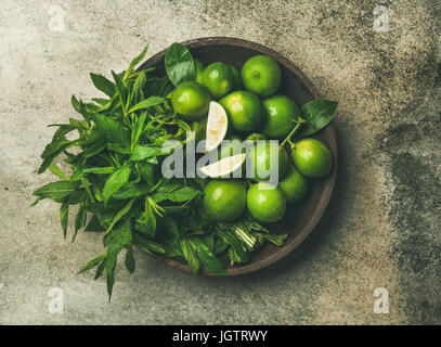 Flatlay fraîchement cueillies de limes et de feuilles de menthe bio pour faire des cocktails et de la limonade en Banque D'Images