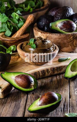 L'avocat de la mousse au chocolat dans un bol en bois d'olive Banque D'Images