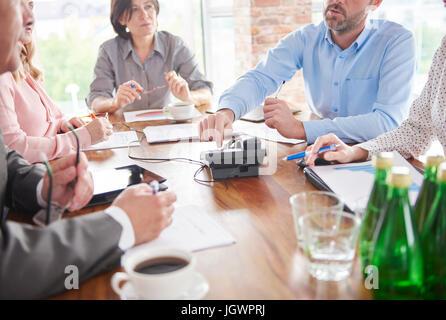 Collègues ayant discussion en réunion d'affaires Banque D'Images