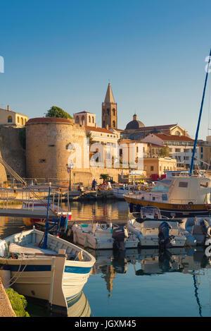 Alghero Sardaigne, vue sur les toits de Alghero avec le port et le port de l'avant-plan, Sardaigne, Italie. Banque D'Images