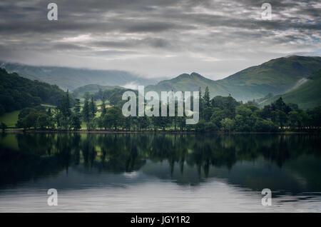 Martindale, vu à travers le lac Ullswater, le Lake District, UK Banque D'Images