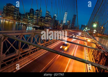 New York City - beau lever de soleil sur Manhattan, avec Manhattan et Brooklyn Bridge