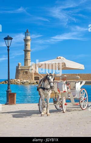 Chariot à cheval sur le port vénitien, phare en arrière-plan, la Canée, Crète, Grèce Banque D'Images