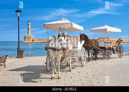 Chariot à cheval, phare en arrière-plan, la vieille ville de La Canée, Crète, Grèce Banque D'Images