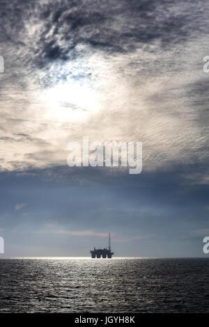 Silhouette d'une plate-forme de forage en mer du Nord Banque D'Images