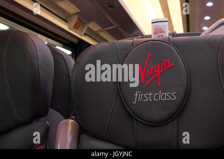 Close up de première classe de la marque logo Virgin sur cuir siège de première classe, Virgin East Coast Mainline Banque D'Images