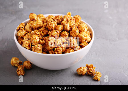 Dans un bol de maïs soufflé au caramel Banque D'Images
