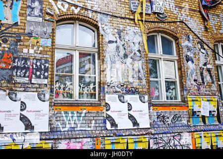 Extérieur couvert de graffitis ancienne usine dans la région de Friedrichshain-Kreuzberg Berlin, Allemagne, une Banque D'Images