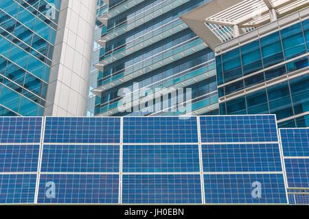 Power Plant à l'aide d'énergie solaire renouvelable avec ciel bleu. Banque D'Images