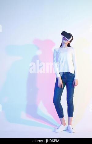Jeune femme à l'aide de casque de réalité virtuelle Banque D'Images