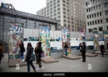 La Potsdamer Platz, Berlin, Allemagne, les graffitis sur les vestiges du mur Banque D'Images
