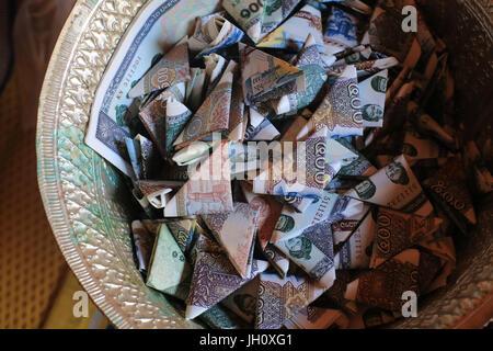 Billets de banque. L'épargne. L'argent pour le temple et les moines. Vat Simuong. Wat Si Muang. Vientiane. Le Laos. Banque D'Images