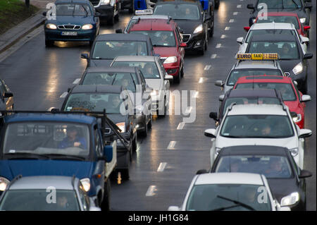 Embouteillage sur l'Avenue de l'Indépendance à Varsovie, Pologne. 6 avril 2017 © Wojciech Strozyk / Alamy Stock Banque D'Images