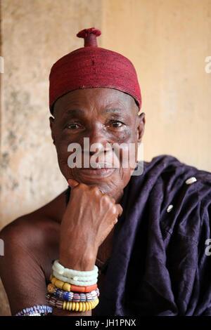 Vieille prêtresse vaudou dans son couvent. Togoville, le Togo. Banque D'Images