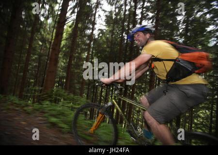 Dre dans le l'Darbon: course de VTT dans les Alpes françaises. La France. Banque D'Images