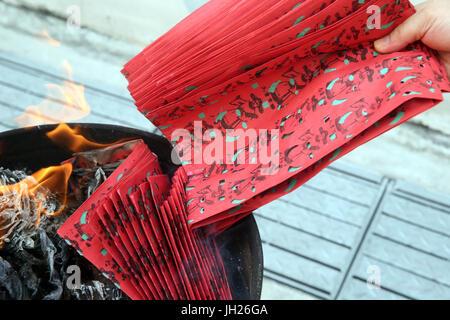Hungry Ghost Festival (Ullambana). Le culte des ancêtres. Brûler en enfer les billets de banque et d'autres formes Banque D'Images