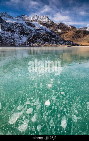 Bulles de glace dans l'eau turquoise du lac White (Lago Bianco), Col de la Bernina, Canton des Grisons, Suisse Banque D'Images