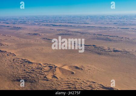 Vue aérienne de dunes de sable dans le désert du Namib, Namibie, Afrique Banque D'Images