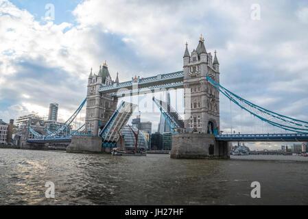 Tower Bridge soulevées avec le grand voilier de passage avec l'Hôtel de ville de Londres et le fragment dans l'arrière Banque D'Images