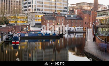Péniches sur le gaz du bassin de la rue au cœur de Birmingham, Angleterre, Royaume-Uni, Europe. Banque D'Images