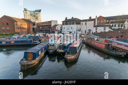 Péniches sur le bassin du Canal Rue de gaz au cœur de Birmingham, Angleterre, Royaume-Uni, Europe Banque D'Images