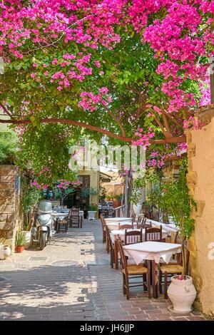 Restaurant dans la vieille ville de Chania, bougainvillea fleurs, l'île de Crète, Grèce