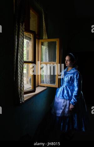 Une jeune fille vêtue d'un vêtement Pauliciennes ont traditionnelle dans une vieille maison. Les Pauliciens sont Banque D'Images