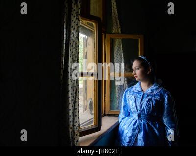 Ivanovo, en Voïvodine, Serbie - Avril 17, 2016: fille dans un traditionnel vêtements Pauliciennes ont est debout Banque D'Images