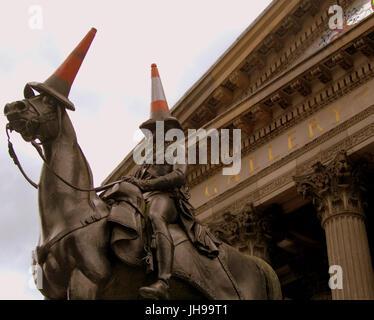 Musée d'Art Moderne de Glasgow ou GOMA avec la célèbre statue de Wellington avec tête conique
