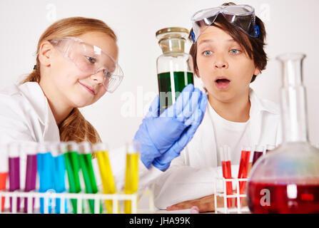 Faire des expériences en laboratoire chimique Banque D'Images