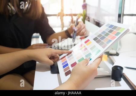 Travail graphiste créatif deux personnes travaillant sur creative design conception bureau avec vintage tone et Banque D'Images